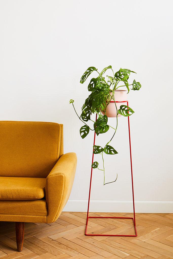 kwietnik na zwisające rośliny, czerwony kwietnik, wysoki kwietnik, kwietnik rzucający sięw oczy, kwietnik smukły, kwietnik zajmujący mało miejsca