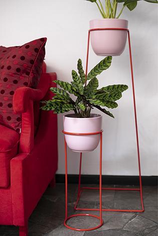 stojak na rośliny, oryginalny stojak, oryginalny kwietnik, kwietnik z drutu , czerwona podstawka pod kwiaty