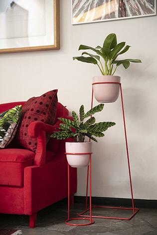 kwietnik czerwony, prosty kwietnik, industrialny stojak na rośliny, czerwony stojak na kwiaty, czerwony detal do salonu