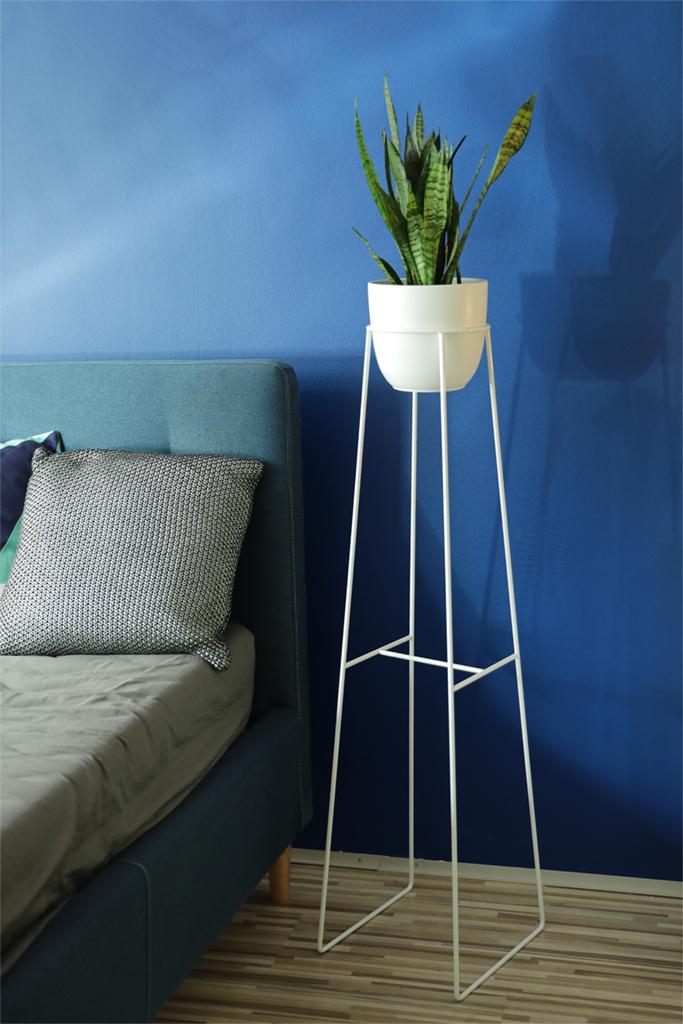 kwietnik, stojak na rośliny, biały stojak, minimalistyczne kwietniki, kwietniki , kwietnik na ciemną ścianę, kwietnik idealny do sypialni