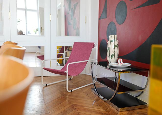 różowy fotel, różowy dodatek, różowy leżak, leżak z białą ramą, dizajnerski leżak, wygodne siedzisko